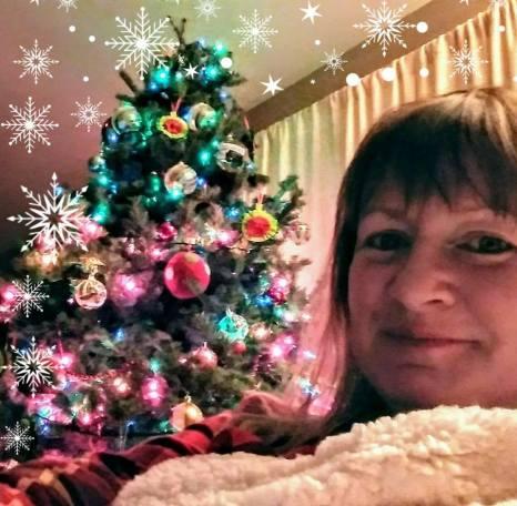 Alison selfie with Christmas tree 2017 25398779_10155218556109157_8810283434549429940_n